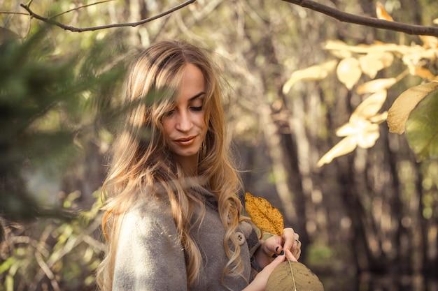 Belle Fille Aux Cheveux Longs Dans La Forêt D'automne, Concept De Saison D'automne Photo gratuit