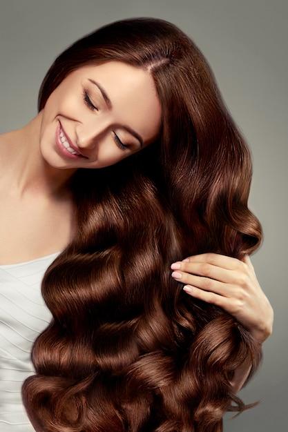 Belle Fille Aux Cheveux Longs Ondulés Et Brillants Photo Premium