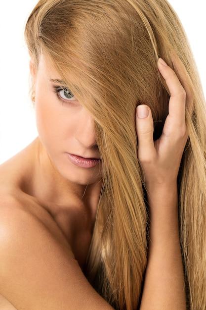 Belle fille aux cheveux raides Photo gratuit
