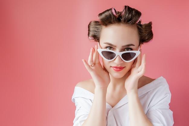 Belle Fille En Bigoudis Sur Espace Rose Photo Premium