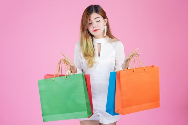 Belle fille blanche tenant un sac de shopping, mode et beauté Photo gratuit