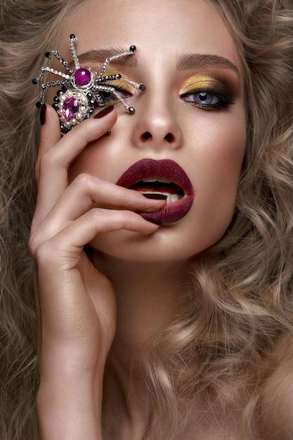 Belle Fille Blonde Avec Des Boucles, Du Maquillage Lumineux Et Des Accessoires De Créateurs Photo Premium