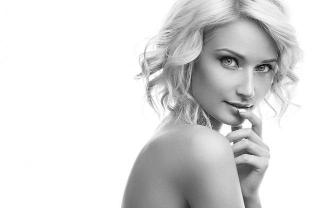 Belle Fille Blonde Avec Joli Visage Photo Premium