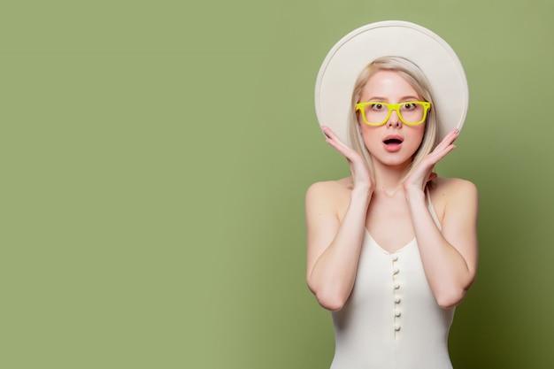 Belle Fille Blonde à Lunettes Et Chapeau Blanc Photo Premium