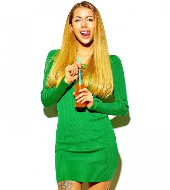 Belle Fille Blonde Mignonne Heureuse Dans Des Vêtements D'été Hipster Décontractés Sans Maquillage Photo gratuit