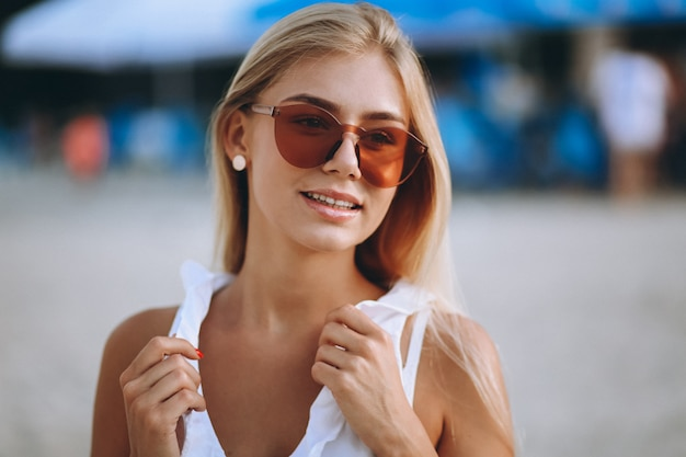 Belle fille blonde en vacances Photo gratuit