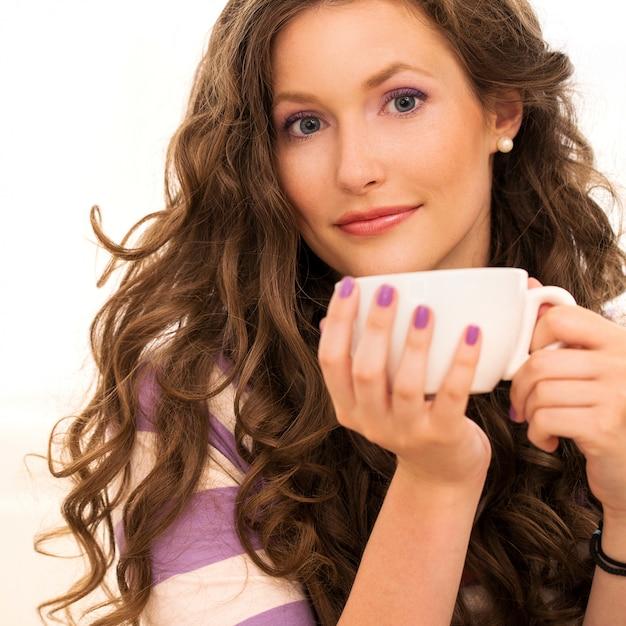 Belle fille boire du café Photo gratuit