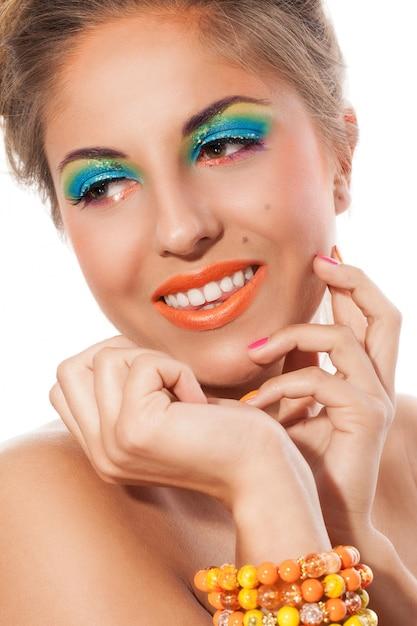 Belle fille avec bracelet fait main et maquillage artistique Photo gratuit