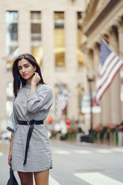 Belle fille brune explorant la ville pendant l'automne Photo gratuit