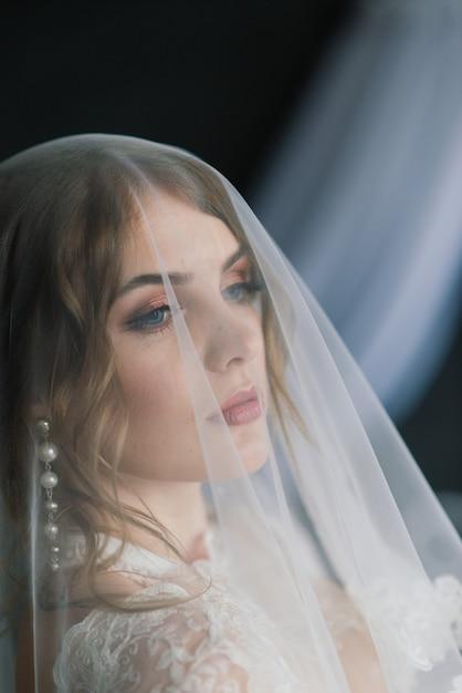 Belle Fille Brune Sexy En Sous-vêtements Blancs Posant Dans Une Pièce Du Studio Intérieur Photo Premium