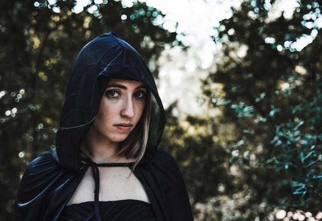 Belle fille en capuche dans les bois Photo gratuit