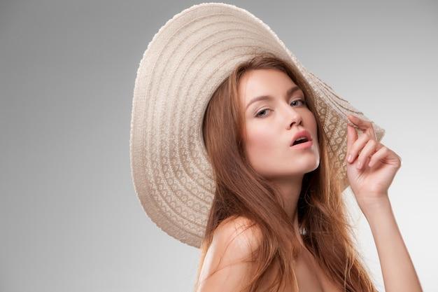 Belle fille avec un chapeau posant un beau chien Photo gratuit