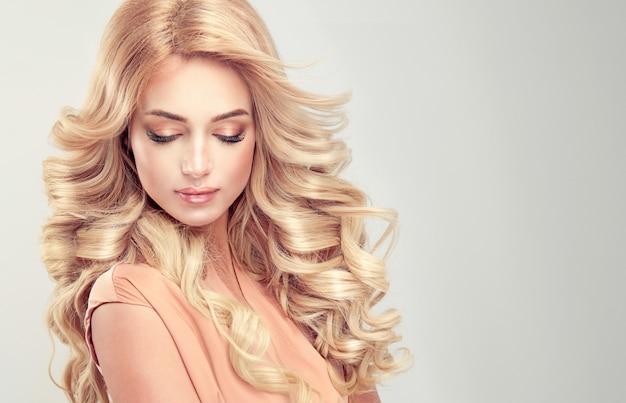 Belle fille cheveux blonds avec une coiffure élégante Photo Premium