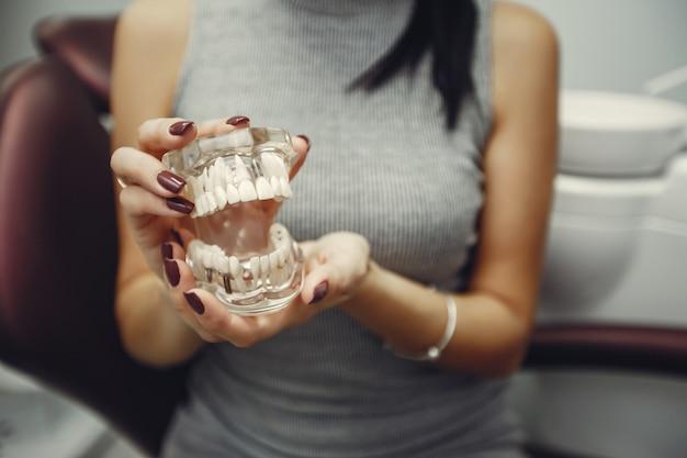 Belle fille chez un dentiste Photo gratuit