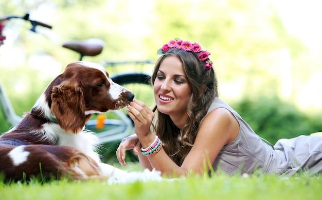 Belle fille avec un chien Photo gratuit