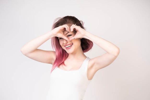 Belle fille avec coeur dans mains Photo gratuit