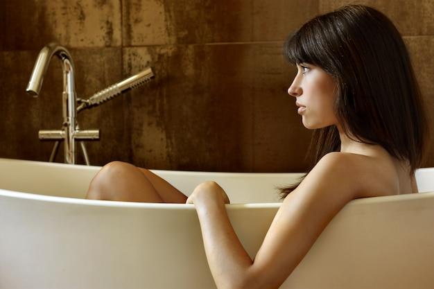 Belle fille dans une baignoire Photo Premium