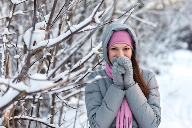 Belle fille dans les bois d'hiver. Photo Premium