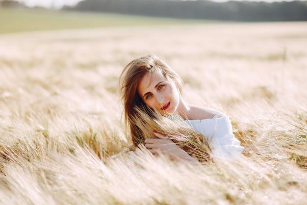 Belle fille dans un champ d'automne Photo gratuit