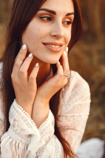 Belle Fille Dans Une Robe Blanche. Femme Dans Un Champ De Blé D'automne. Photo gratuit