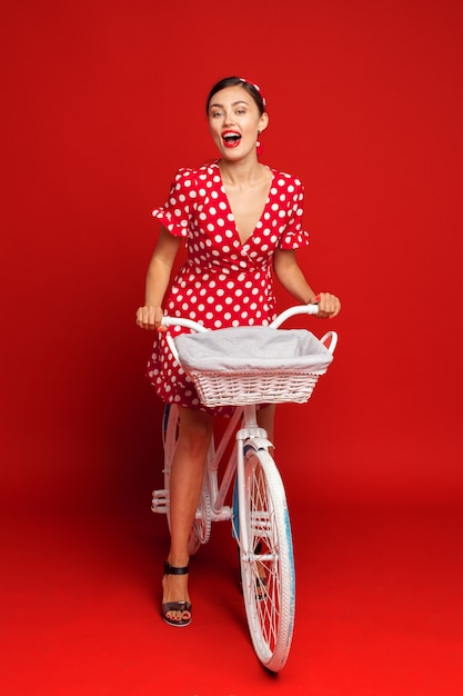 Belle Fille Dans Un Style Pin-up Avec Un Vélo Photo Premium