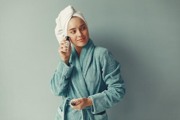 Belle Fille Debout Avec De La Crème Photo gratuit