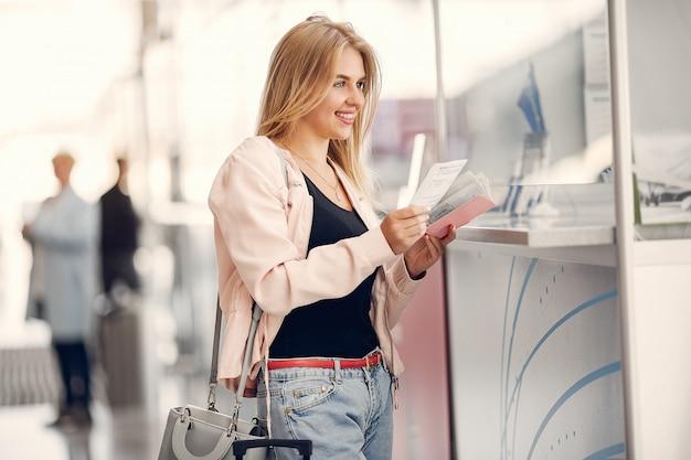 Belle fille debout dans l'aéroport Photo gratuit
