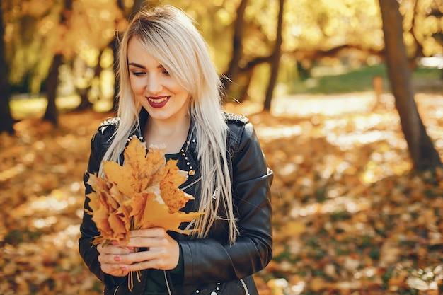 Belle fille debout dans un parc d'été Photo gratuit