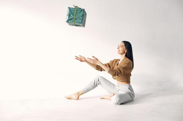 Belle Fille Debout Dans Un Studio Avec Des Cadeaux Photo gratuit