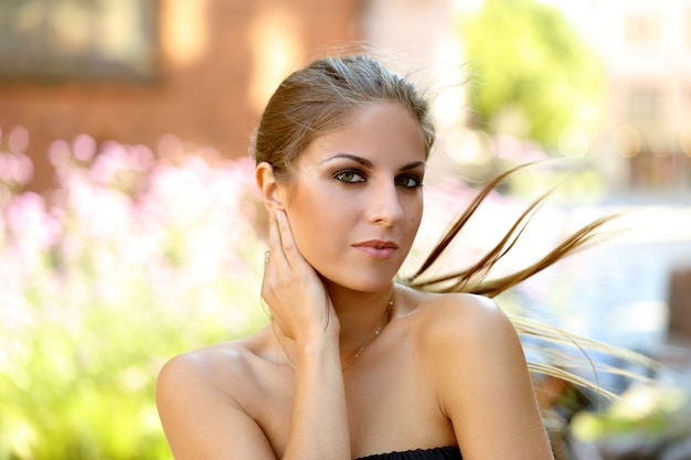 Belle fille dehors Photo gratuit
