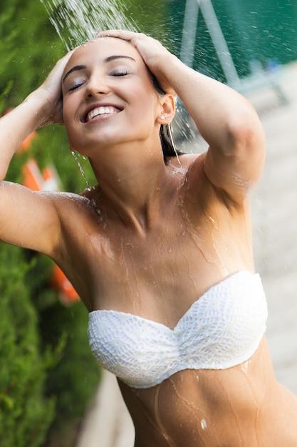 Fille A La Douche belle fille à la douche d'été près de la piscine | télécharger des