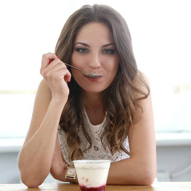 Belle fille avec du yaourt Photo gratuit