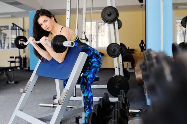 Belle fille est engagée dans la gym Photo Premium
