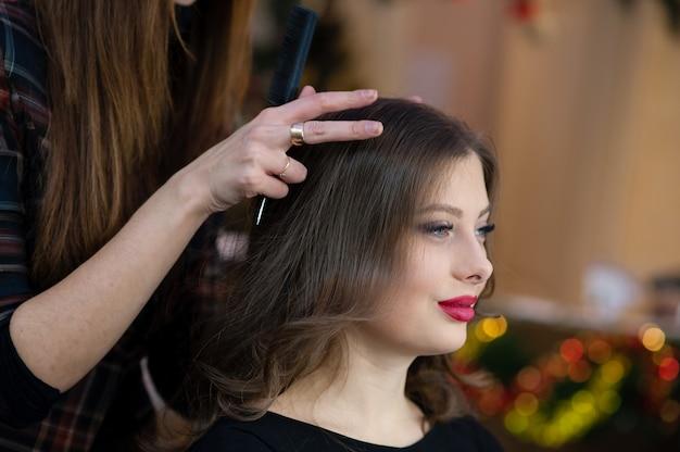 Belle fille faire coiffure Photo Premium