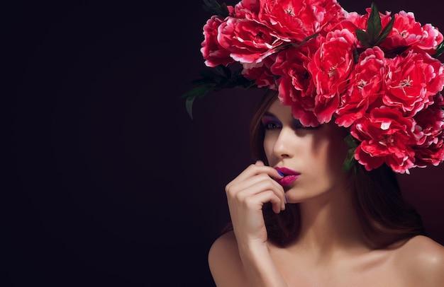 Belle fille avec des fleurs dans les cheveux printemps. Photo Premium