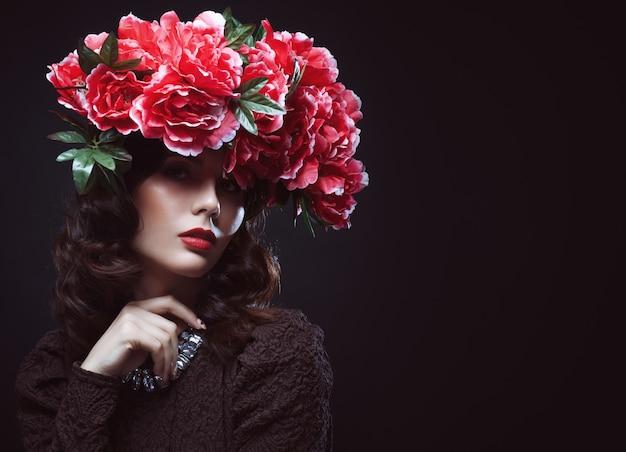 Belle Fille Avec Des Fleurs Dans Les Cheveux Photo Premium