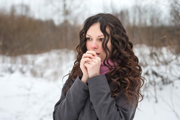 Belle fille gèle en hiver Photo Premium
