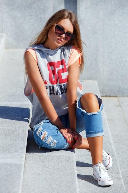 Belle fille à lunettes de soleil Photo gratuit
