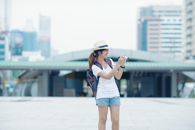 Belle fille marche dans la rue voyager en thaïlande Photo gratuit