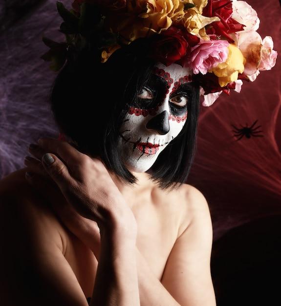 Belle fille avec masque de mort mexicain traditionnel. calavera catrina Photo Premium