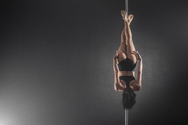Belle fille mince avec pylône. pôle danseuse Photo Premium