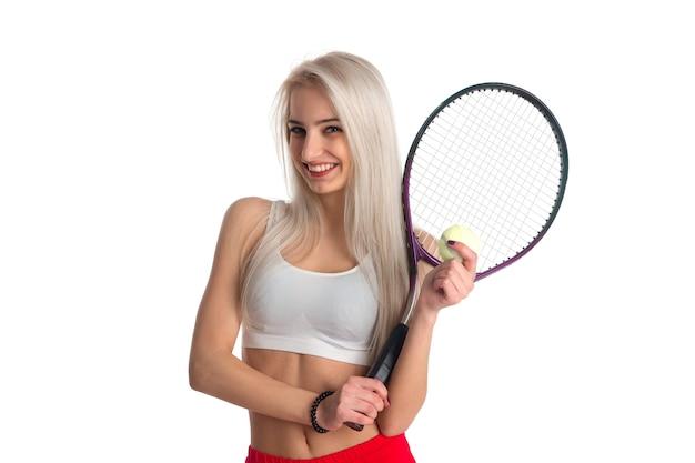 Belle Fille Mince Avec Une Raquette De Tennis Et Une Balle Isolée Photo Premium