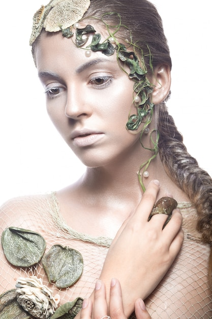 Belle Fille à La Mode à L'image Des Fées De La Mer Avec Des Coquillages Et Des Algues Photo Premium