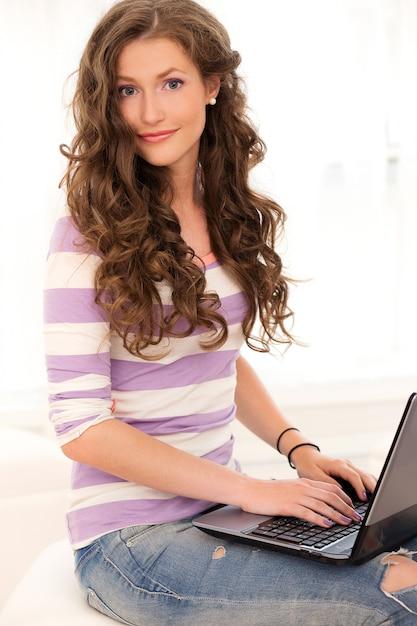 Belle fille avec un ordinateur portable Photo gratuit