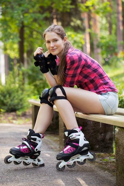 Belle fille sur patins à roues alignées Photo gratuit