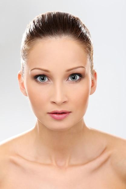 Belle fille avec une peau propre et parfaite Photo gratuit