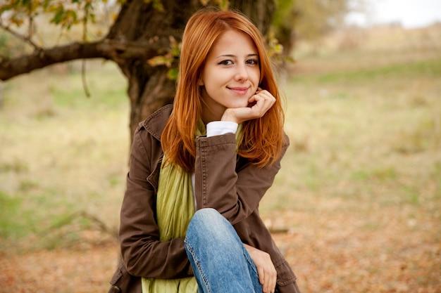 Belle fille en plein air en automne Photo Premium