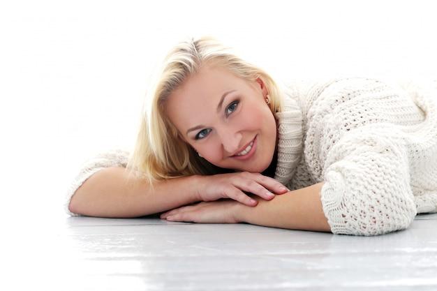 Belle fille avec pull ont vraiment large sourire Photo gratuit