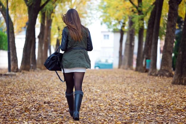 Belle fille qui marche en automne. Photo gratuit