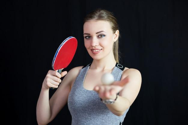 Belle fille avec une raquette de tennis et une balle. Photo Premium